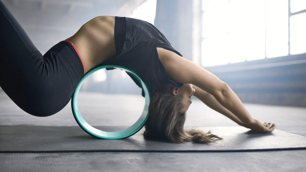 Vrouw met yoga wiel