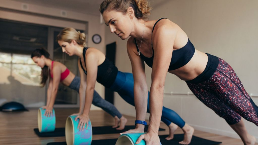 Dames met yoga wiel